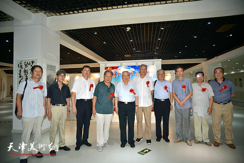 滑兵来、霍然、赵玉森、王如意、王勇、李文安、王印强与来宾在画展现场。