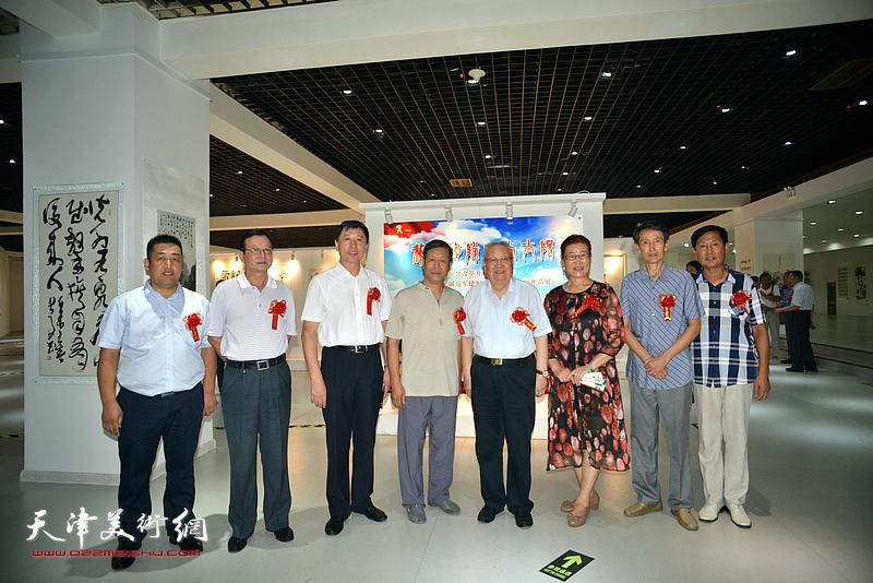 滑兵来、王勇、钱桂芳、王俊英与来宾在画展现场。