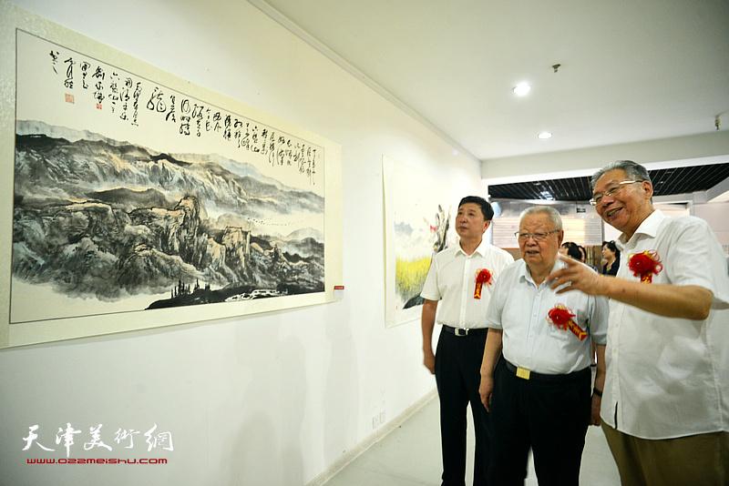 滑兵来、赵玉森、王勇观赏展出的名家书画。