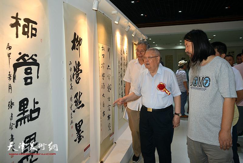 滑兵来、赵玉森、梁旭华观赏展出的名家书画。