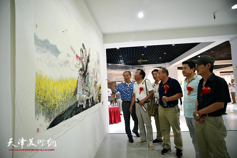 左起:刘士忠、任庆明、郭福深、李建华、单连辰、王印强观赏展出的名家书画。