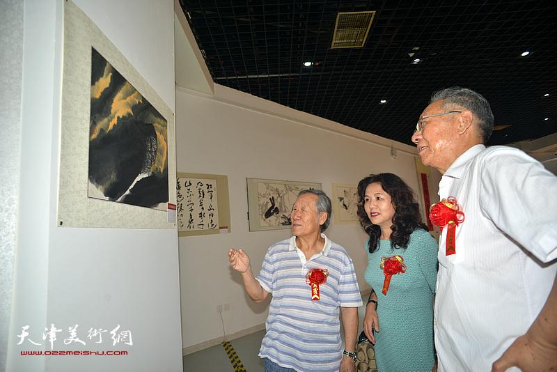 左起:姬俊尧、马树荣、赵玉森观赏展出的名家书画。