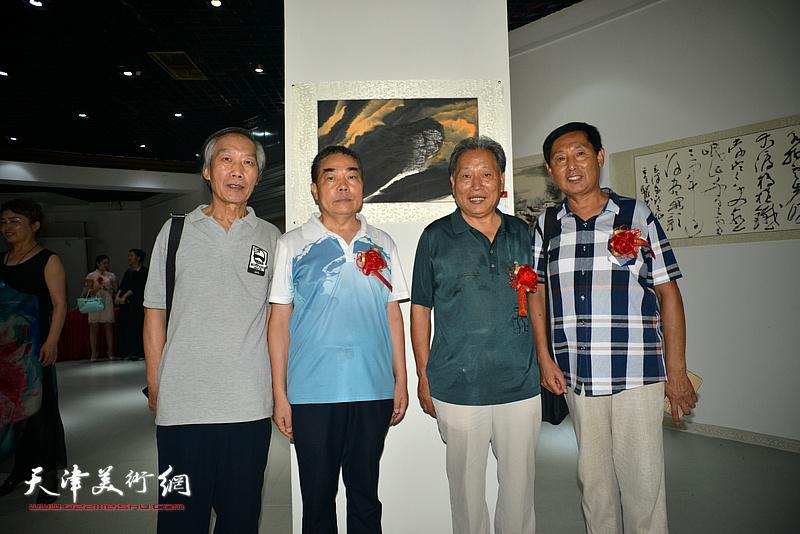 左起:王佩翔、赵桂中、霍然、钱桂芳在画展现场。