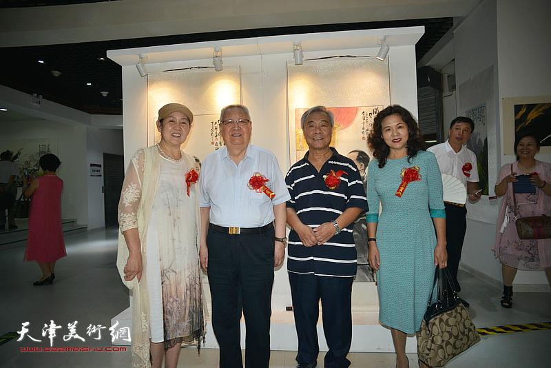 左起:武颖萍、滑兵来、王大奇、马树荣在画展现场。