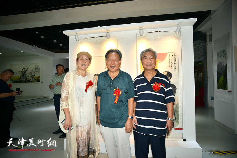 左起:武颖萍、霍然、王大奇在画展现场。