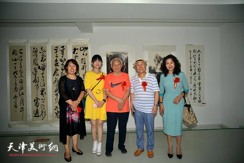 左起:霍艳芳、刘禹君、纪振民、姬俊尧、马树荣在画展现场。