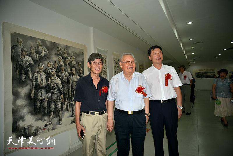 左起:王印强、滑兵来、王勇在画展现场。
