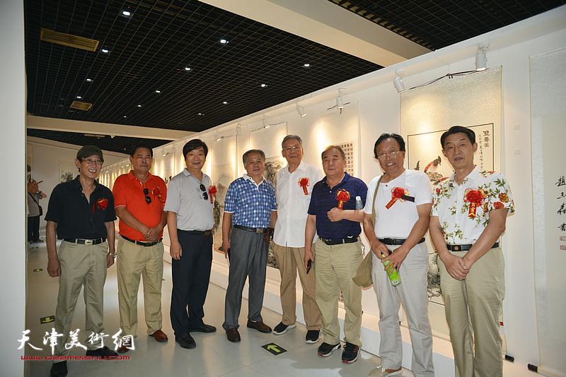 左起:王印强、张树滨、翟洪涛、刘士忠、赵玉森、李建华、任庆明、郭福深在画展现场。