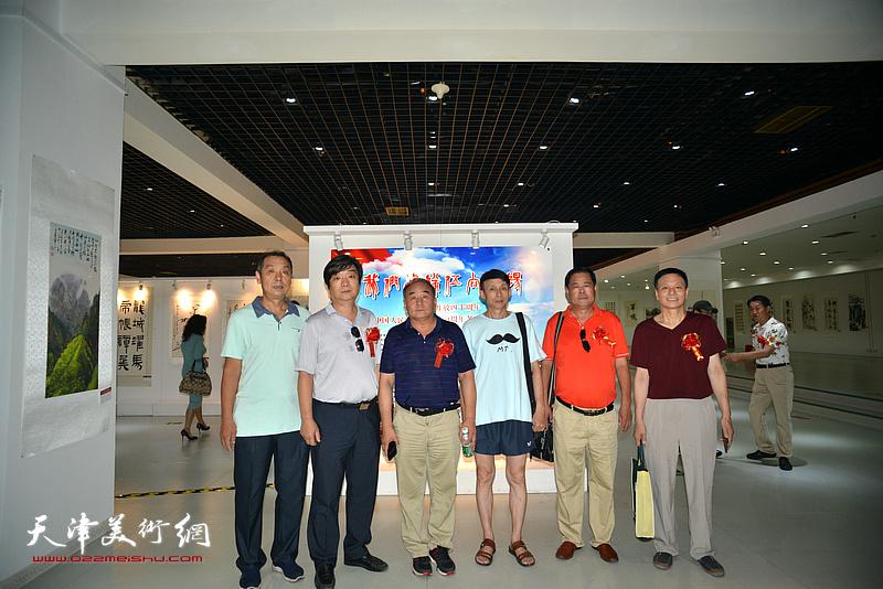 左起:彭英科、阎维海、翟洪涛、李建华、张树滨在画展现场。