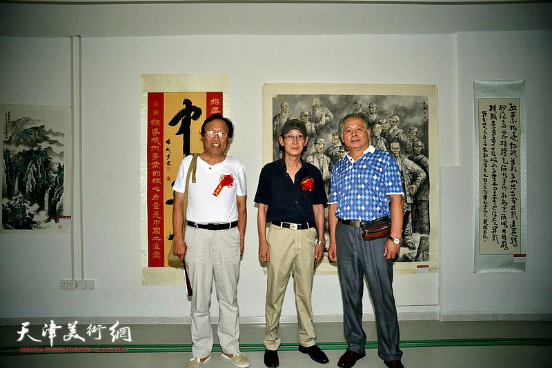 左起:任庆明、王印强、刘士忠在画展现场。