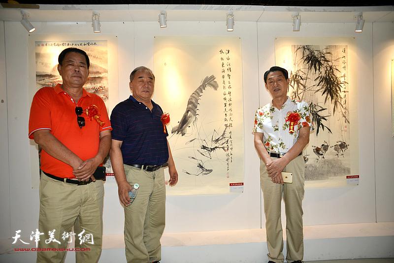 左起:张树滨、李建华、郭福深在画展现场。