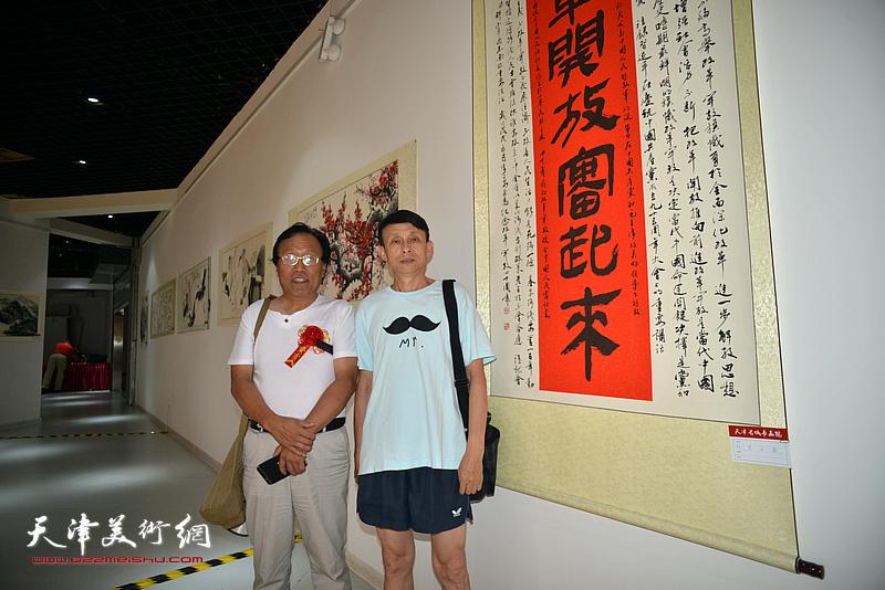 左起:任庆明、彭英科在画展现场。