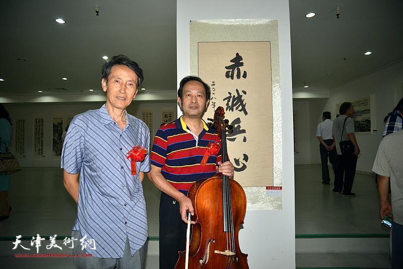 左起:李文安、万隆在画展现场。