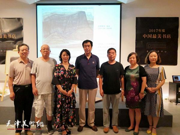 姜维群、马宇彤、解俊茹与听众在讲座现场。