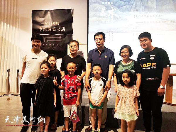 姜维群、马宇彤、解俊茹与青少年听众在讲座现场。