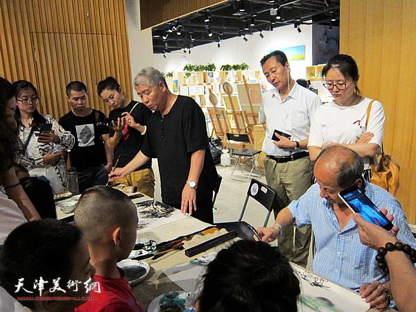 高杰、陈汝明在讲座现场作画。