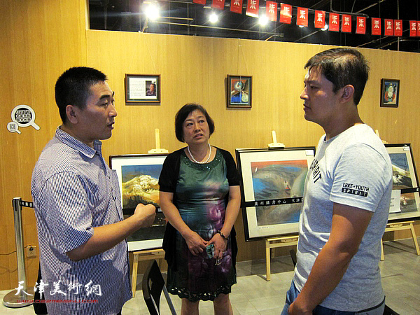解俊茹在讲座现场与听众交流。