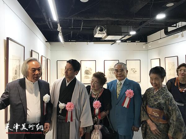 霍春阳向日本来宾介绍展出的画作。