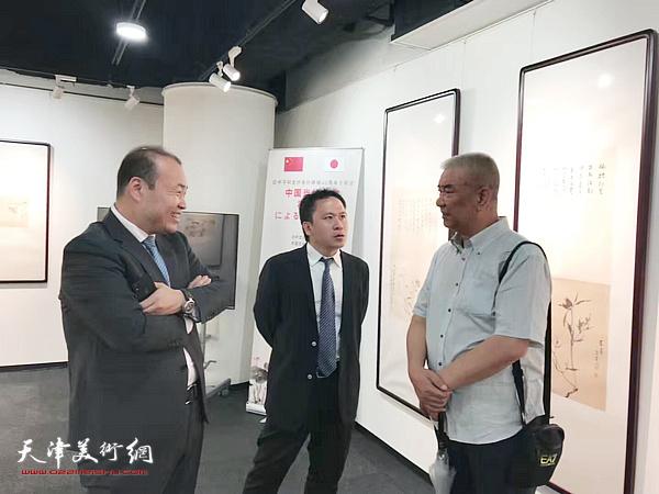 戴世隆、霍岩与来宾在东京中央美术馆。