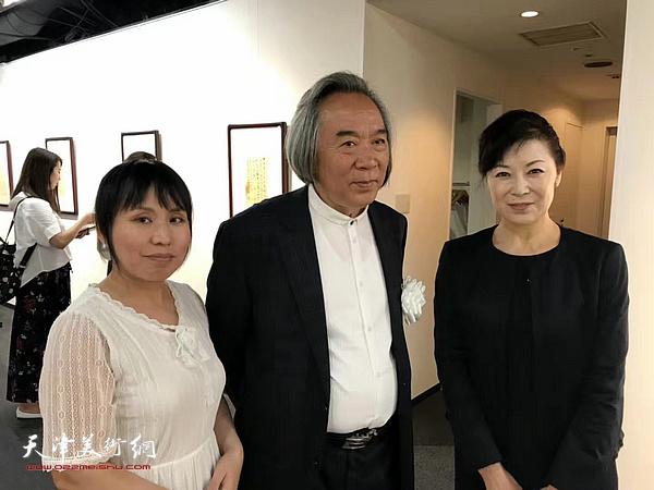 霍春阳与来宾在东京中央美术馆。