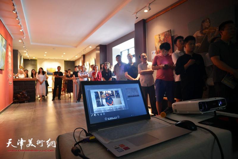 李长青先生通过视频与天津的观众见面。