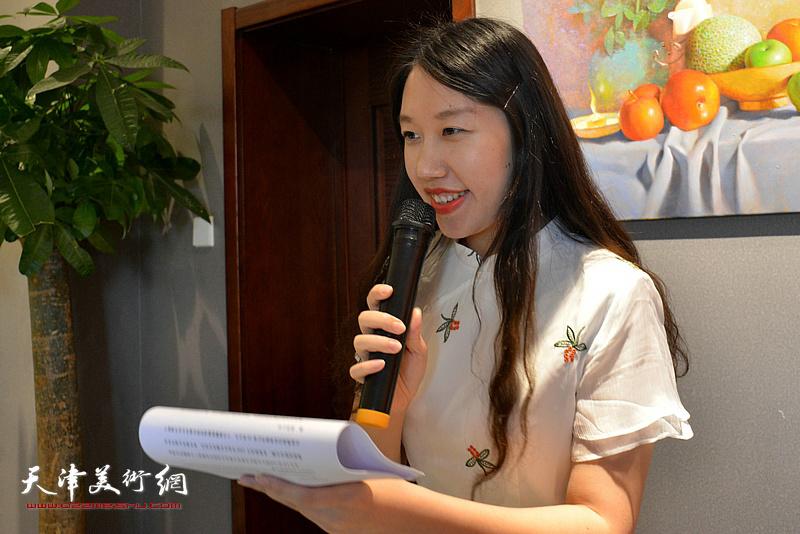刘彦均女士主持油画展开幕仪式。