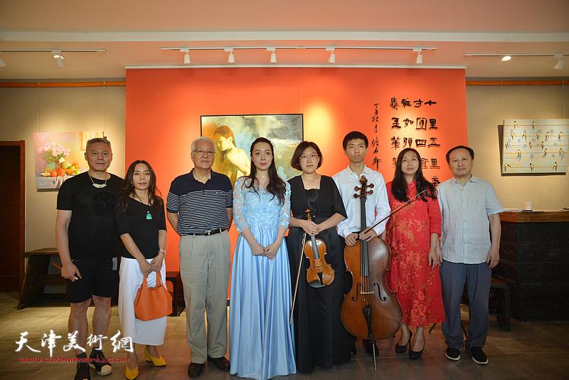 左起:张俊国、淋子、康军、邹佳芙、陈曈、沈忱、蔡芷羚、张立涛在画展现场。