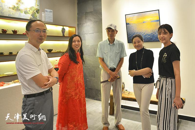 蔡芷羚与来宾在画展现场。
