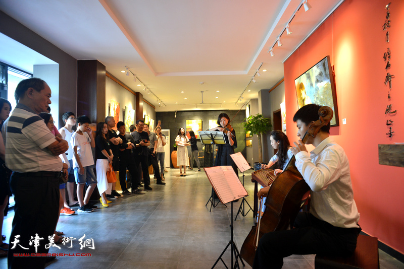 New Sense乐团在画展现场演出助兴。