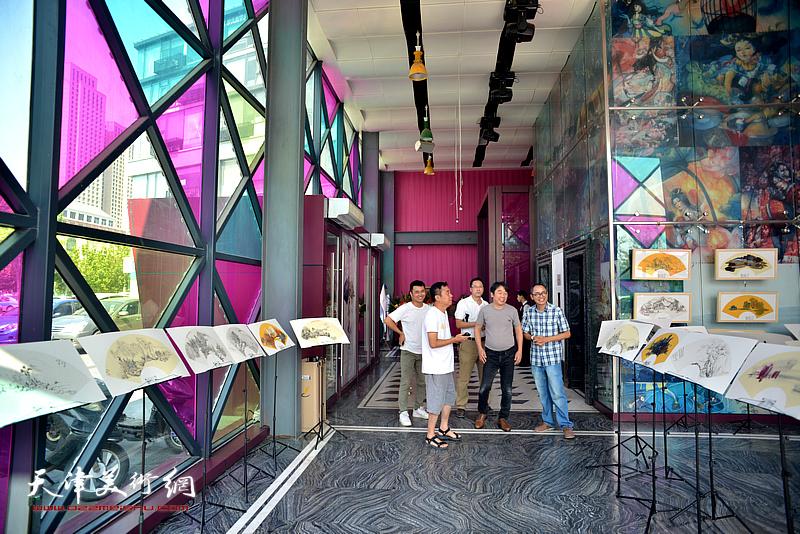 """当代与传统的相撞相融——马霑、郝跃先扇意主题绘画展""""8月2日在易乐迪大厅举行。"""