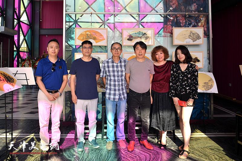 左起:马明、李建良、马霑、郝跃先、赵新立、郭沫彤在画展现场。