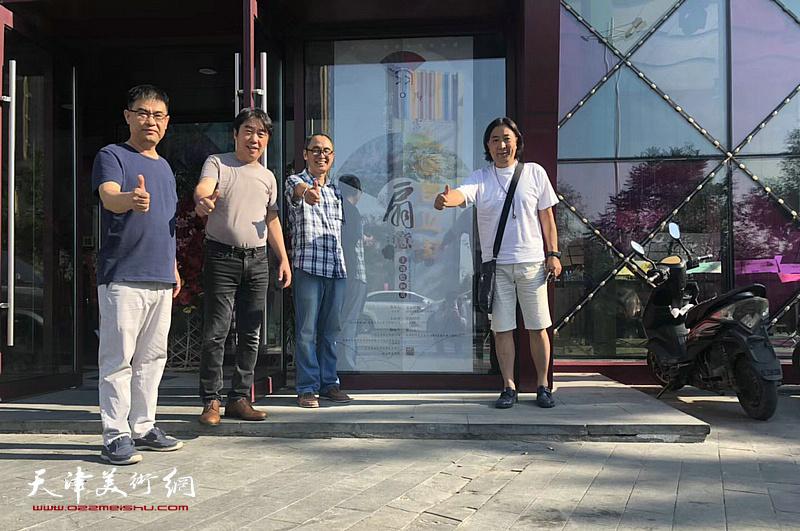 左起:李建良、郝跃先、马霑、杨亦谦在画展现场。