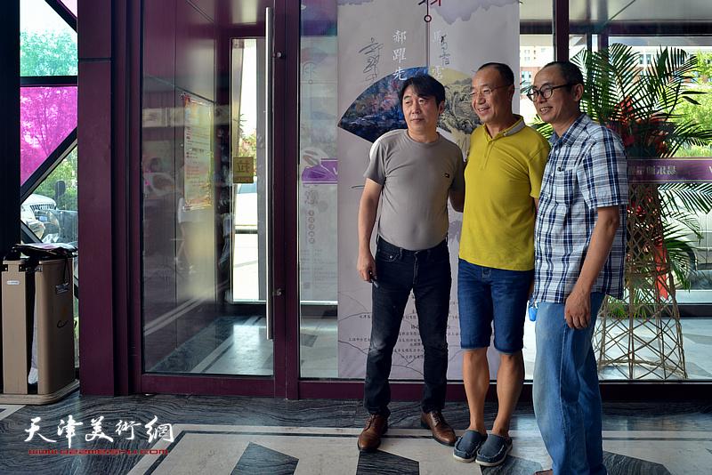 左起:郝跃先、胡强、马霑在画展现场。