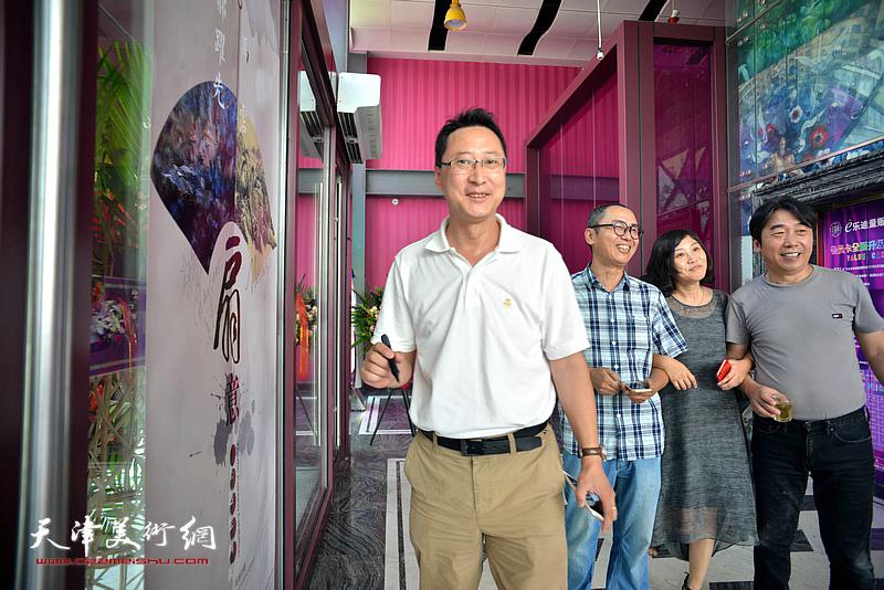 郝跃先、马霑、陈强在画展现场。