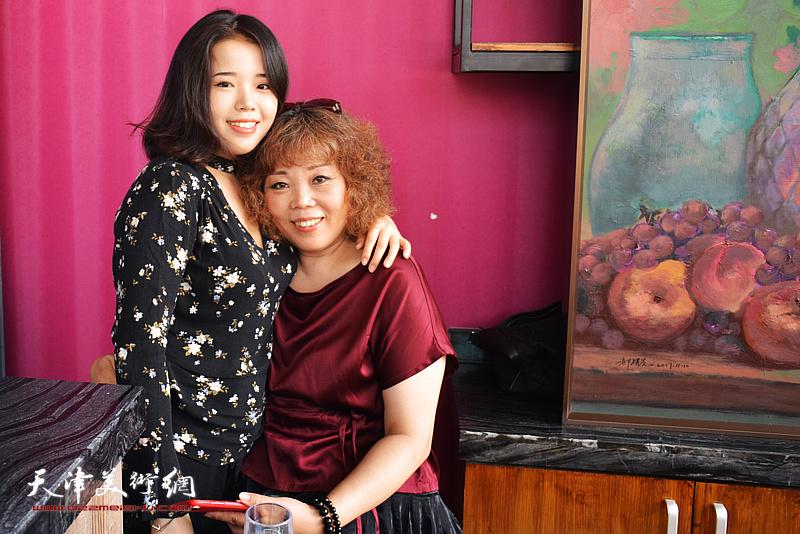 赵新立、郭沫彤在画展现场。