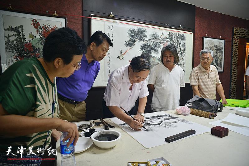 郭凤祥、孙富泉在现场挥毫泼墨。