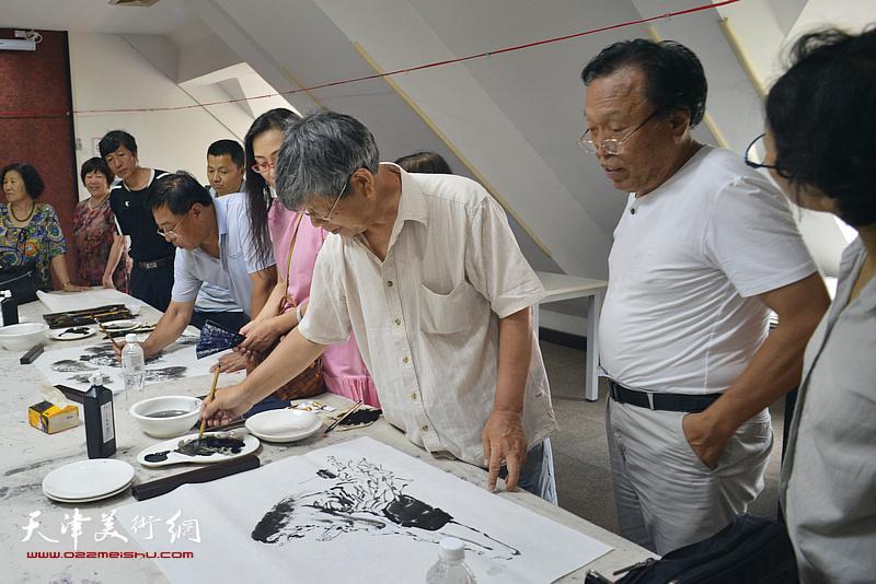 张礼军、任庆明、赵俊山在现场挥毫创作。
