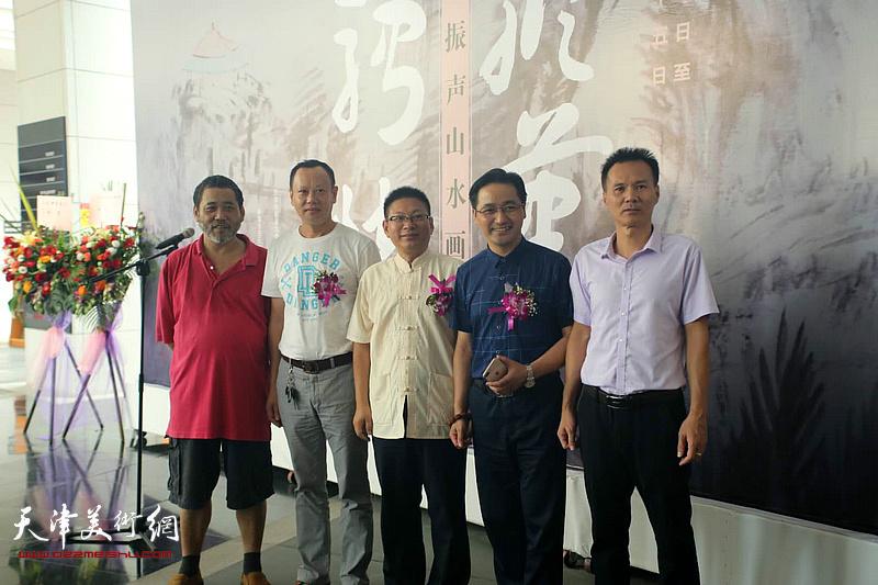 姚泽民与来宾在画展现场。