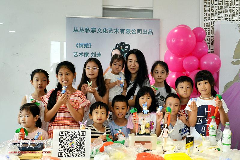 刘芳在时尚集团25周年社庆活动中与孩子们在一起。