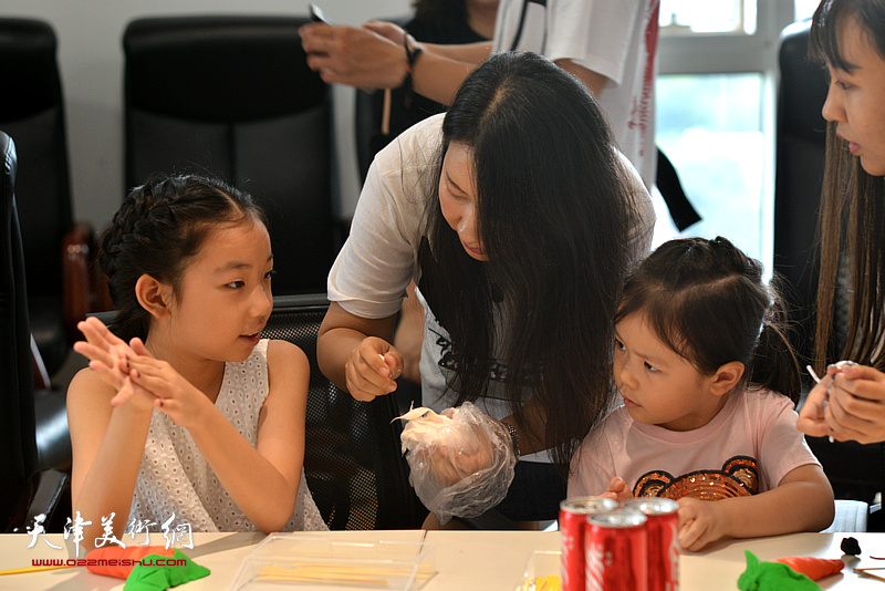刘芳在时尚集团25周年社庆活动现场讲解面塑。