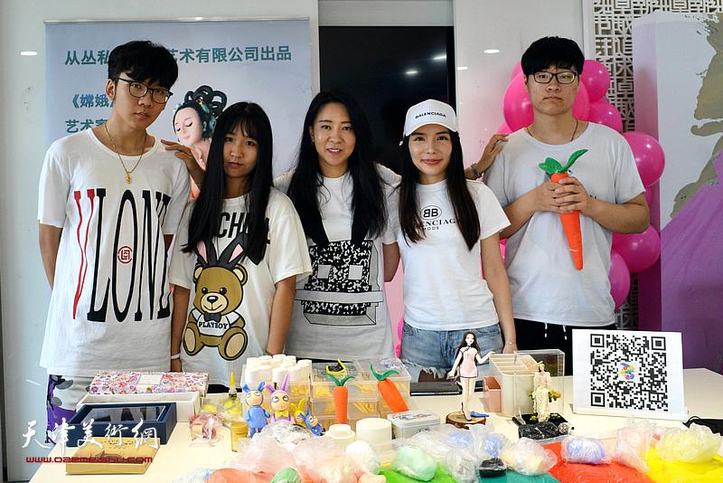 刘芳在时尚集团25周年社庆活动现场讲解面塑艺术。
