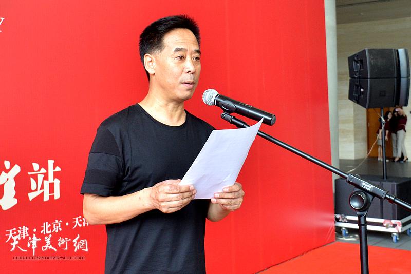 中国美术家协会连环画艺委会副主任兼秘书长李晨宣读徐里的贺信。