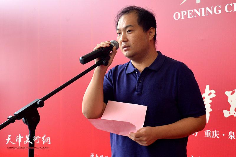 天津美术家协会副主席、天津美院何家英艺术研究所所长陈治宣读何家英的贺信。