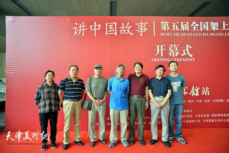 沈尧伊、琚俊雄、王书朋、张胜、王忠、杨颖在画展现场。