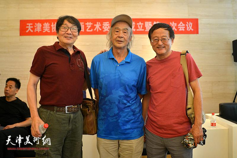 沈尧伊、张胜、张小凡在画展现场。
