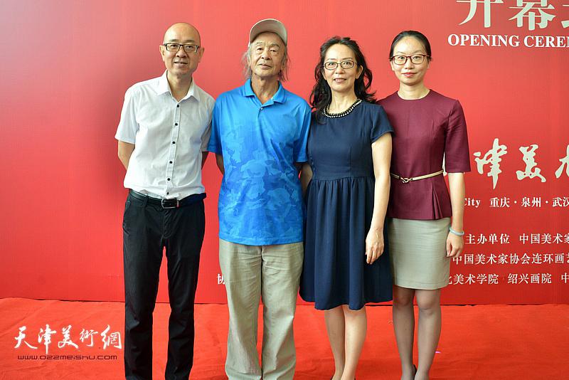 沈尧伊、马驰、卢永琇在画展现场。
