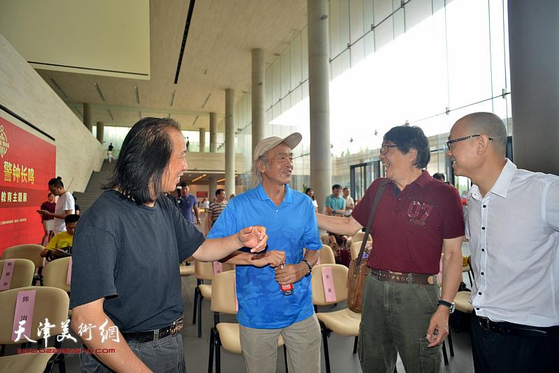 沈尧伊、张胜、周世麟、马驰在画展现场交流。