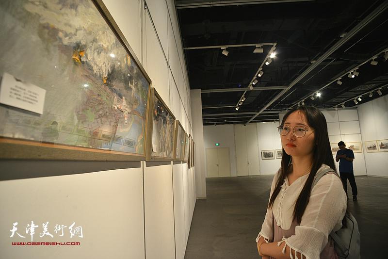 """""""讲中国故事——第五届全国架上连环画展""""天津站开幕。"""