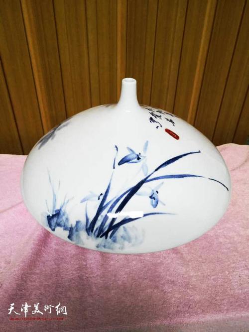 万博manbetx安卓版女画家吕爱茹花青花作品。