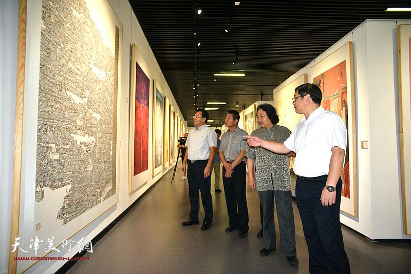 贾广健、张桂元、范扬陪同徐里观看展览。